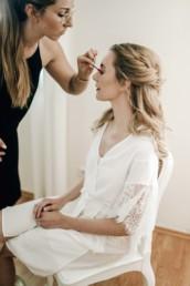 Die Braut wird geschminkt, von Make-Up Artist Brigitte Kelemen, fotografiert von Flora & Grace