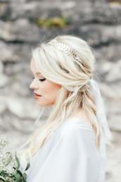 Portrait einer Braut mit Braut Make Up und Hairstyling mit offenen Haaren von Brigitte Kelemen
