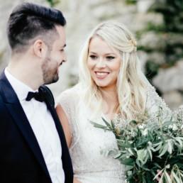 Braut Make Up in München, blonde Braut mit schönem Make-Up und Hairstyling und schönem Blumenstrauß bei Paarshooting