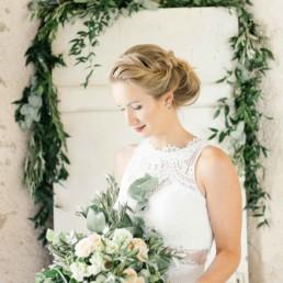 Braut Portrait vor Spiegel mit Brautstyling von Brigitte Kelemen