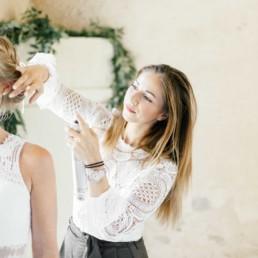 Brautstyling Brigitte Kelemen Artistry Foto beim Getting Ready der Braut in München