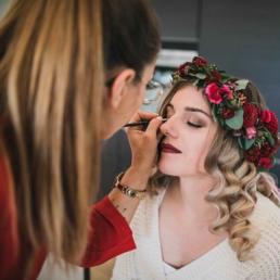 Getting Ready der Braut mit Blumenkranz und Braut Make Up in Nürnberg von Brigitte Kelemen
