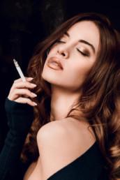 Frau mit Zigarette, geschminkt von Make-Up Artist Brigitte Kelemen, Foto Onur Alagöz